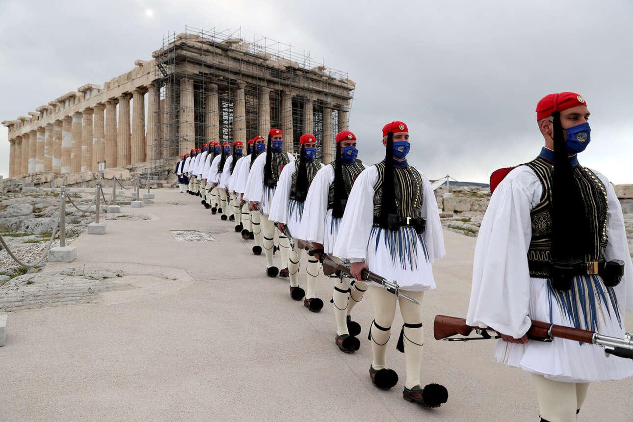 Ελλάς. Ουλαμός ευζώνων στην Ακρόπολη των Αθηνών, θαυμάζεται και από τον Παρθενώνα. Ζήτω η 25η Μαρτίου 1821!