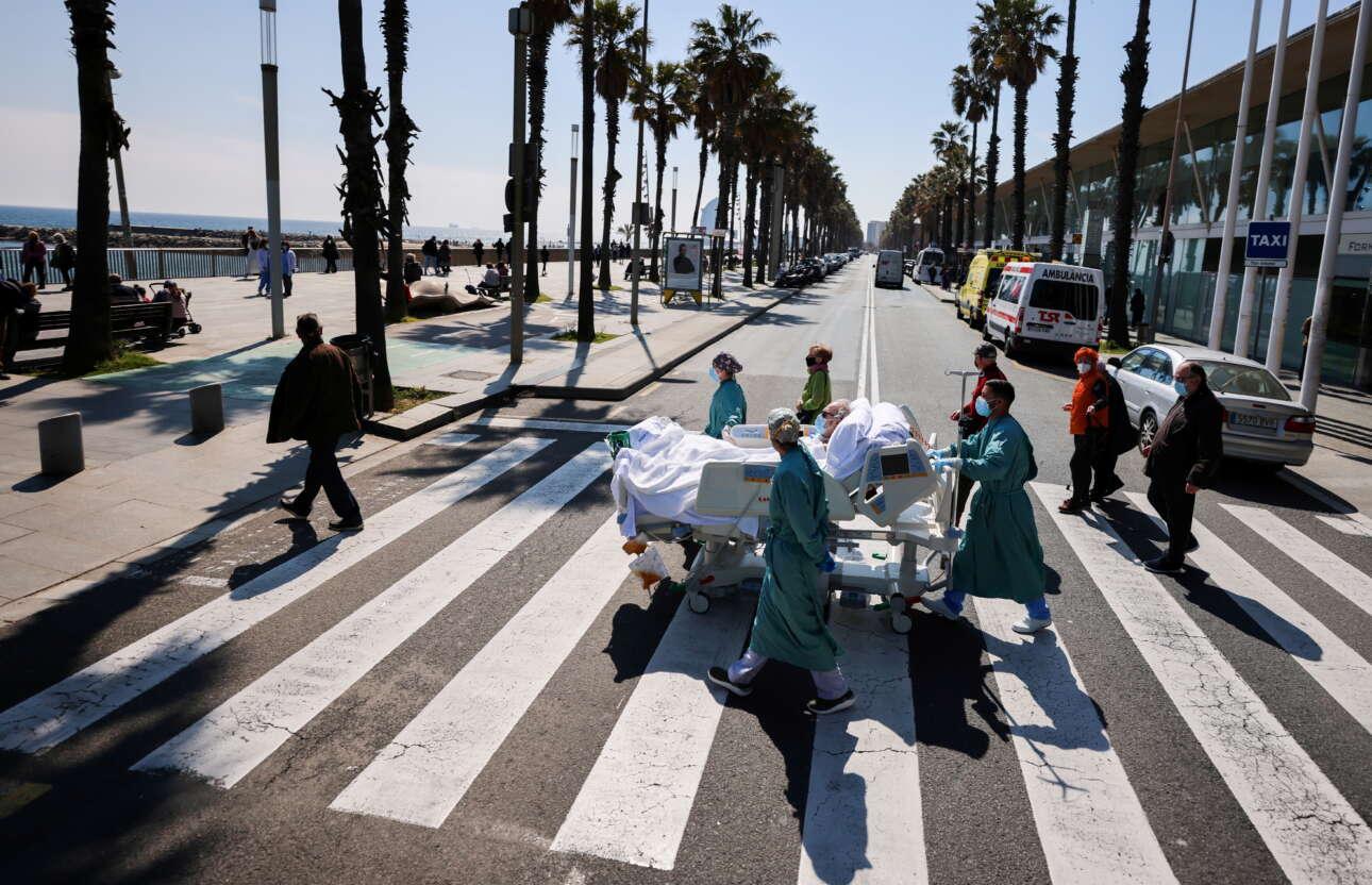Ισπανία. Ιατροί της Βαρκελώνης έβγαλαν από τον θάλαμο έναν ασθενή με κορονοϊό και τον πηγαίνουν στην παραλία. Εκεί θα του εφαρμόσουν ένα σύστημα ψυχοσωματικής θεραπείας που ονομάζουν «θαλάσσιο». Στο νοσοκομείο ο άρρωστος συμπλήρωσε 114 ημέρες νοσηλείας