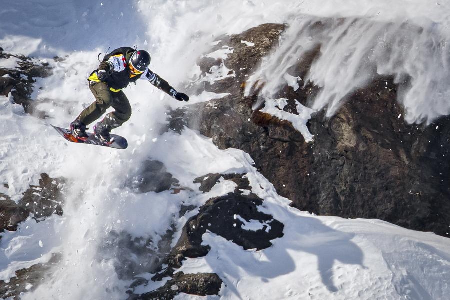 Ελβετία. Αγώνες σνόουμπορντ για γυναίκες, ψηλά στις Αλπεις. Εικονίζεται η γαλλίδα πρωταθλήτρια να υπερίπταται των χιονισμένων κορυφών