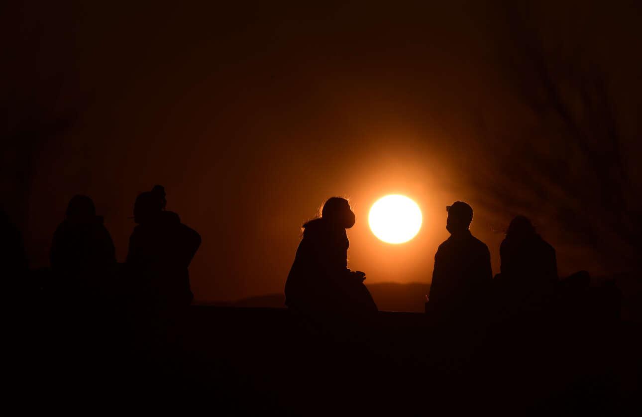 Το ηλιοβασίλεμα στον Σαρωνικό μάλλον «πιάστηκε» σε εργάσιμη ημέρα, σε κάποια από αυτές που η κυκλοφορία των Αθηναίων επιτρέπεται μέχρι τις 9 το βράδυ (μείον το μισάωρο της επιστροφής)