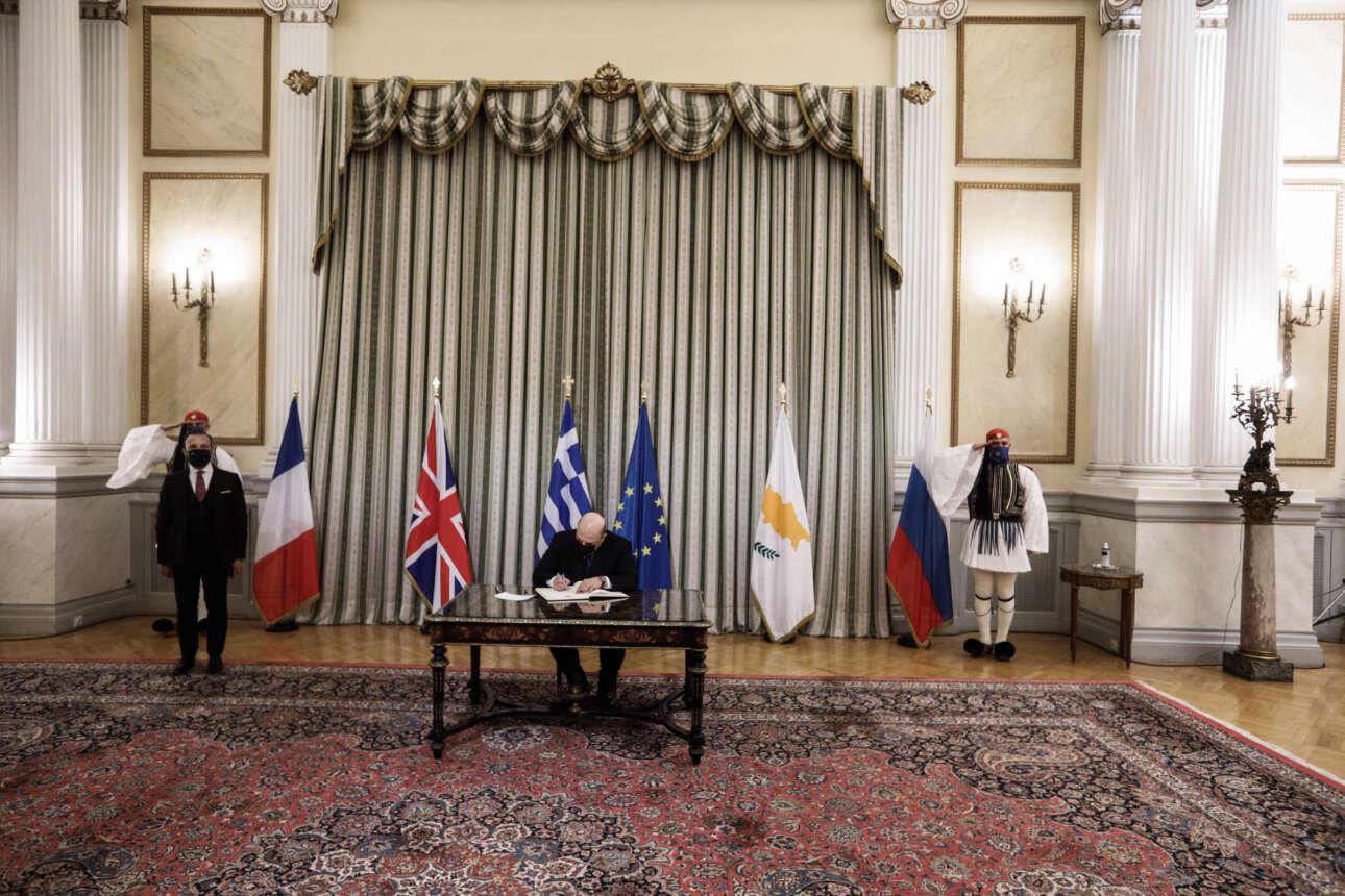 Ο πρωθυπουργός της Ρωσίας Μιχαήλ Μισούστιν υπογράφει στο βιβλίο επισκεπτών