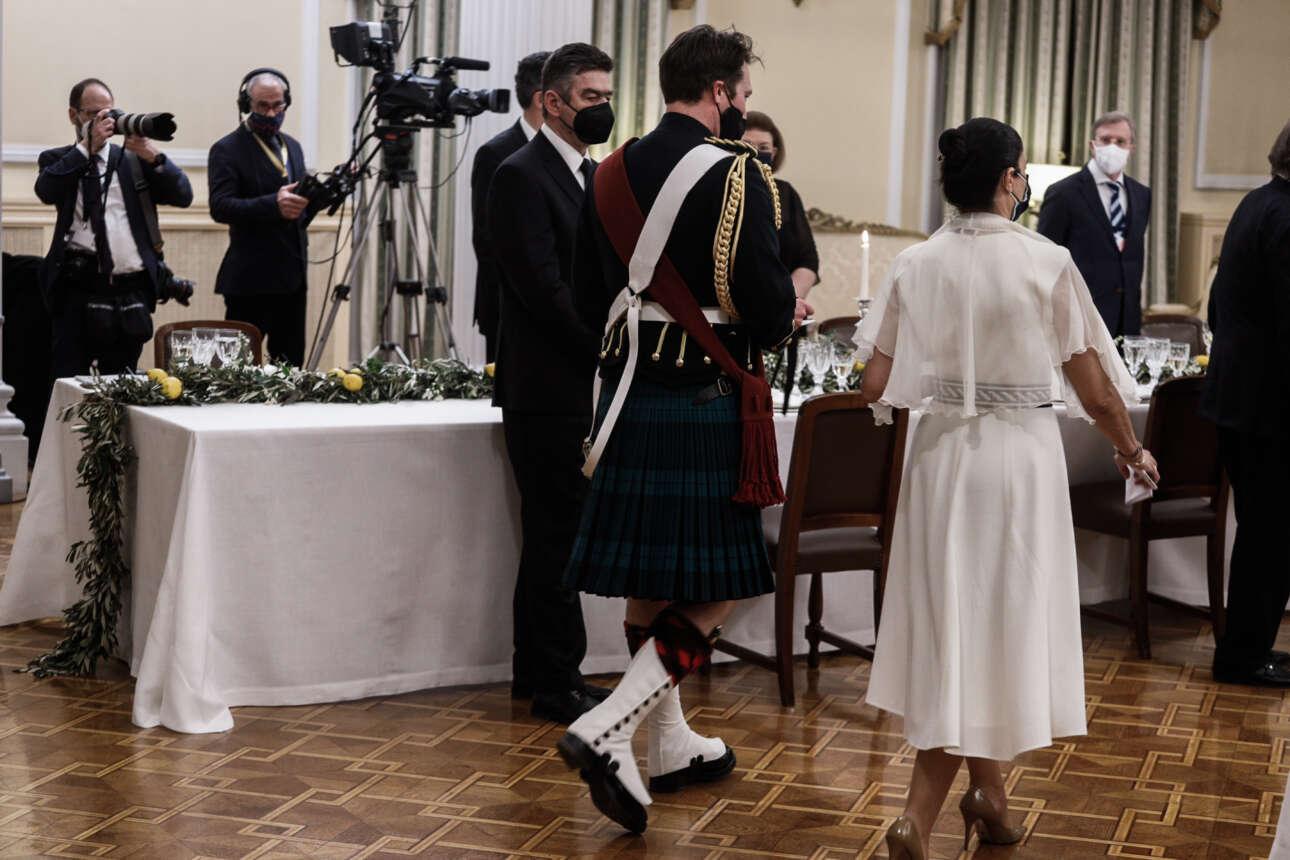 Ο υπασπιστής του διαδόχου του βρετανικού θρόνου, φορώντας την παραδοσιακή στολή με τη σκωτσέζικη φούστα
