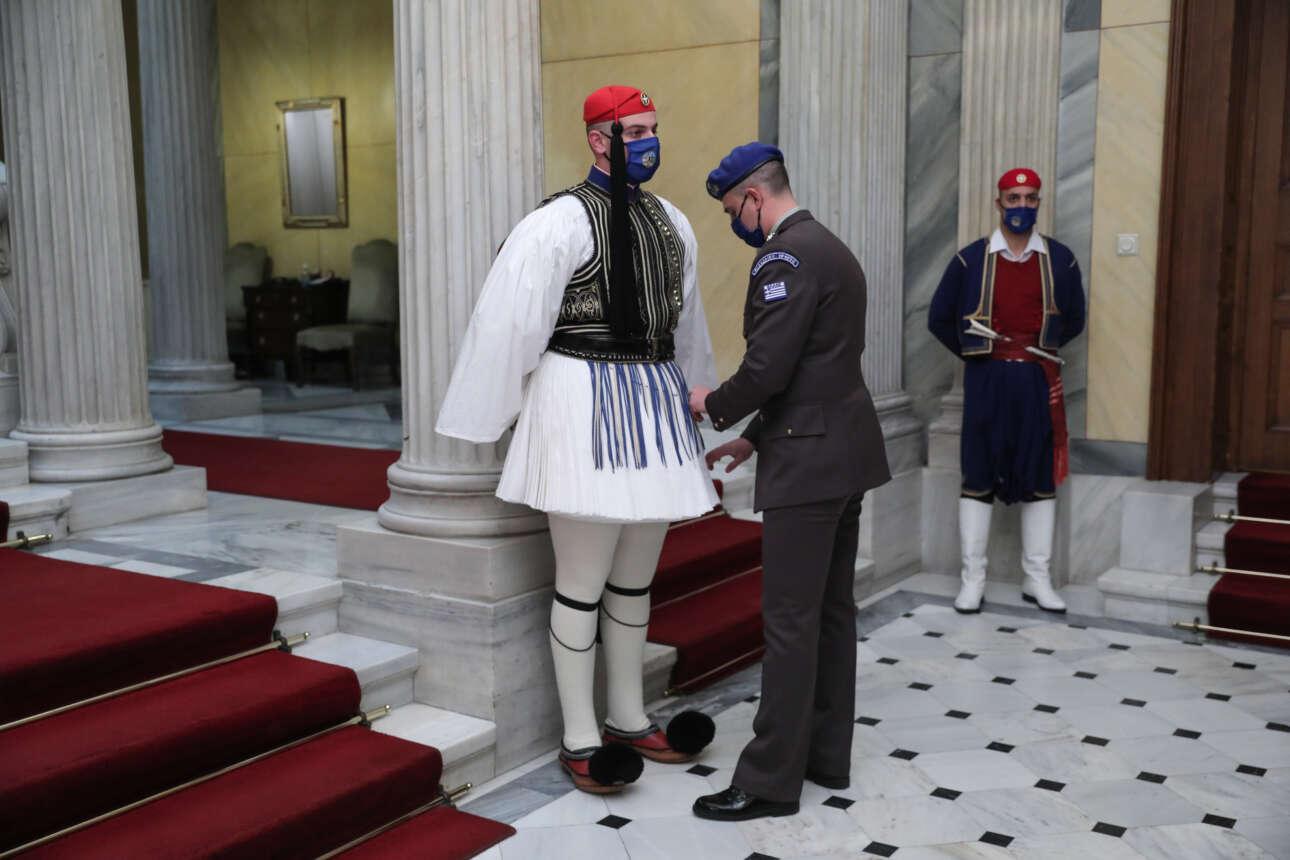 Τελευταίες λεπτομέρειες στη στολή του άνδρα της Προεδρικής Φρουράς