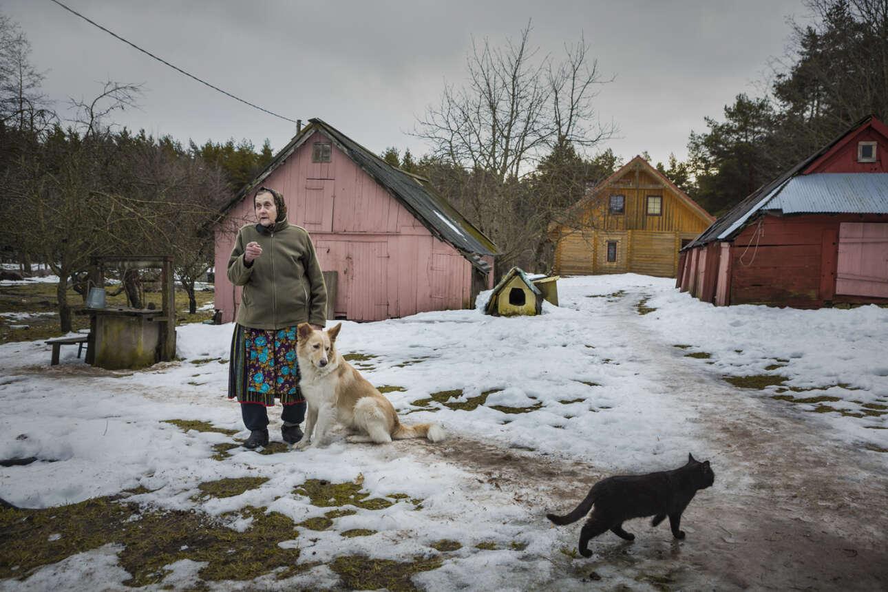Εγραψε η φωτογράφος: «Η Järsumäe Virve αγαπούσε πάντα τα ζώα. Δεν ξέρει πόσες γάτες έχει τώρα ενώ ακόμη και οι γάτες των γειτόνων έρχονται σε αυτήν για να φάνε. Έχει δύο σκυλιά και ένα άλογο που τρέχει ελεύθερα στην ιδιοκτησία της τους καλοκαιρινούς μήνες. Όταν γίναμε για πρώτη φορά φίλοι, είχε και δύο κατσίκες και της άρεσε να πίνει γάλα κατευθείαν από την κούπα αμέσως μετά το άρμεγμα. Μου εξήγησε πόσο υγιεινό ήταν αυτό και μοιράστηκε ευγενικά το ζεστό γάλα μαζί μου»