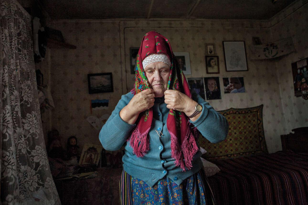 Εγραψε η φωτογράφος: «Η Lohu Ella είναι μία από τις ειδικές στην χειροτεχνία στο νησί Kihnu. Πάντα χρήσιμη, φιλική και ευγενική, με μεγάλη καρδιά και υπέροχο χαμόγελο, είναι μία από τις γυναίκες με τις οποίες έχω περάσει περισσότερο χρόνο και έχω φωτογραφίσει περισσότερο. Από αυτήν έμαθα για την κουλτούρα των γυναικών: πώς κάνουν την κόμμωση τους, πώς φορούν τη μοναδική φούστα τους, τι φορούν όταν κοιμούνται και πώς διατηρούν τους θησαυρούς τους ασφαλείς. Η Lohu Ella είναι πάντα δημιουργική. Μου χάρισε ακόμη και ένα όμορφο παραδοσιακό κοστούμι»