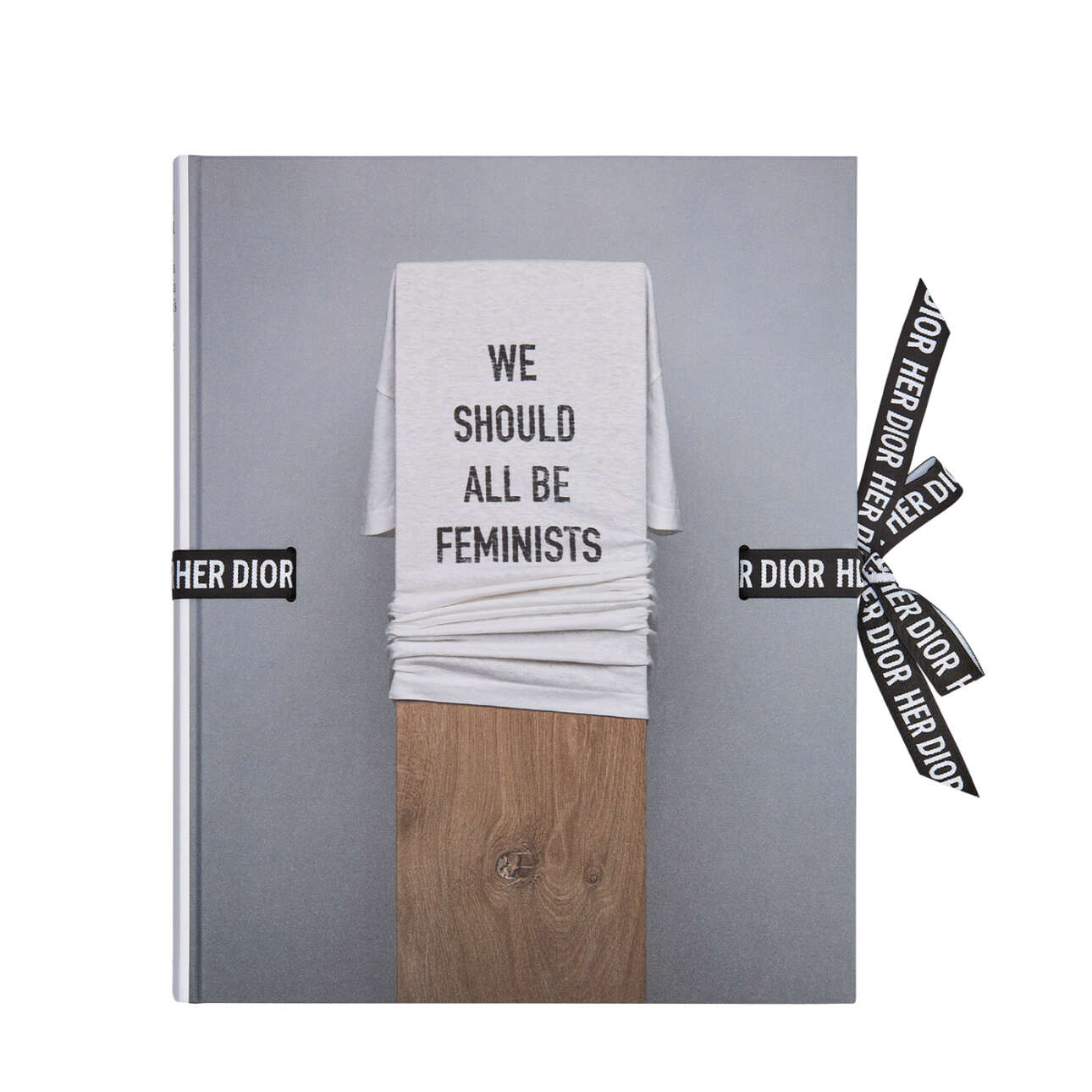Το διάσημο μακό που γράφει «Πρέπει όλοι να είμαστε φεμινιστές» από τη πρώτη συλλογή της σχεδιάστριας Μαρία Γκράτσια Κιουρί για τον οίκο Dior, κοσμεί το εξώφυλλο του βιβλίου «Her Dior»