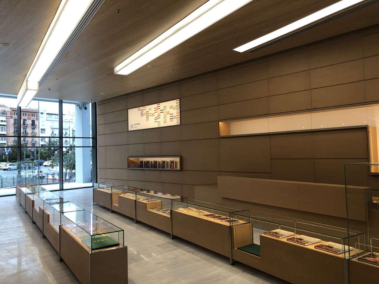 Οι προθήκες με τις εκδόσεις, στο νέο πωλητήριο της Εθνικής Πινακοθήκης
