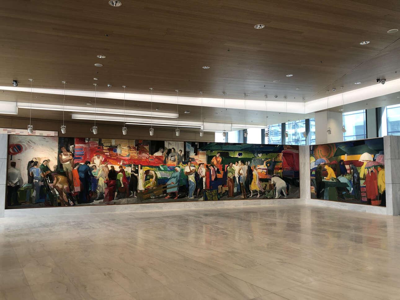 Η πολύπτυχη, μνημειακή «Λαϊκή Αγορά» του Παναγιώτη Τέτση υποδέχεται τους επισκέπτες στο φουαγιέ