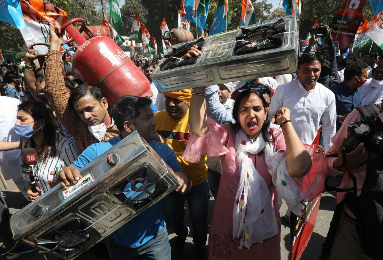 Γκαζιέρες μαγειρέματος και μποτίλιες υγραερίου εμφανίστηκαν στη διαδήλωση του Νέου Δελχί. Οχι κατσαρόλες. Αν οι ρουπίες δεν φτάνουν για το καύσιμο, για ποιο φαΐ να μιλάμε;
