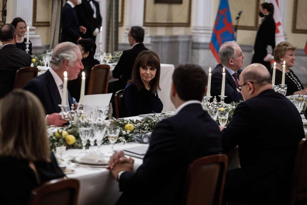 Η Κατερίνα Σακελλαροπούλου ανάμεσα στον πρίγκιπα της Ουαλίας Κάρολο και τον Πρόεδρο της Βουλής Κωνσταντίνο Τασούλα