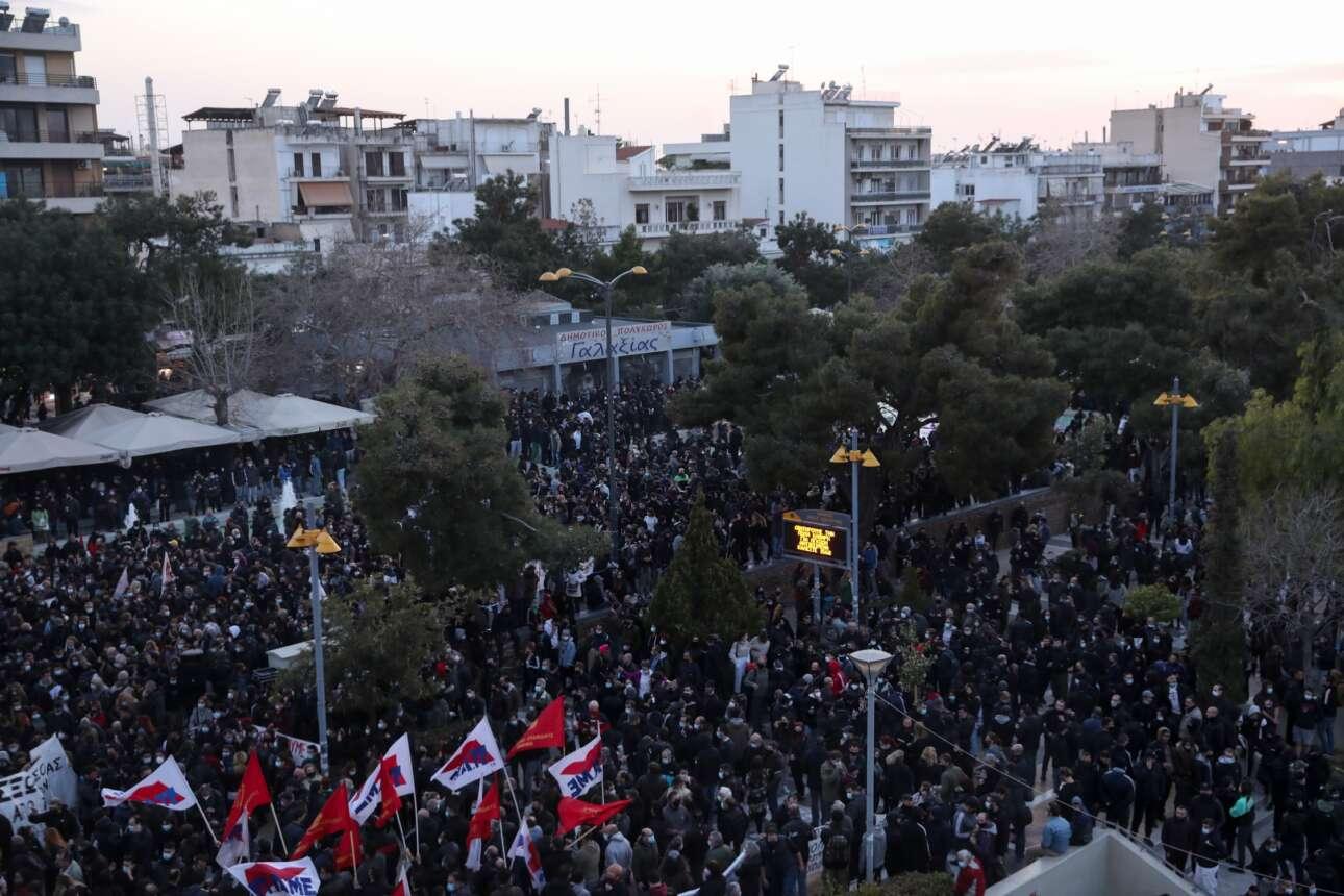 Στη διαδήλωση κατά της αστυνομικής βίας στην πλατεία της Νέας Σμύρνης που προηγήθηκε συμμετείχαν, σύμφωνα με την ΕΛ.ΑΣ, περί τα 5.000 άτομα