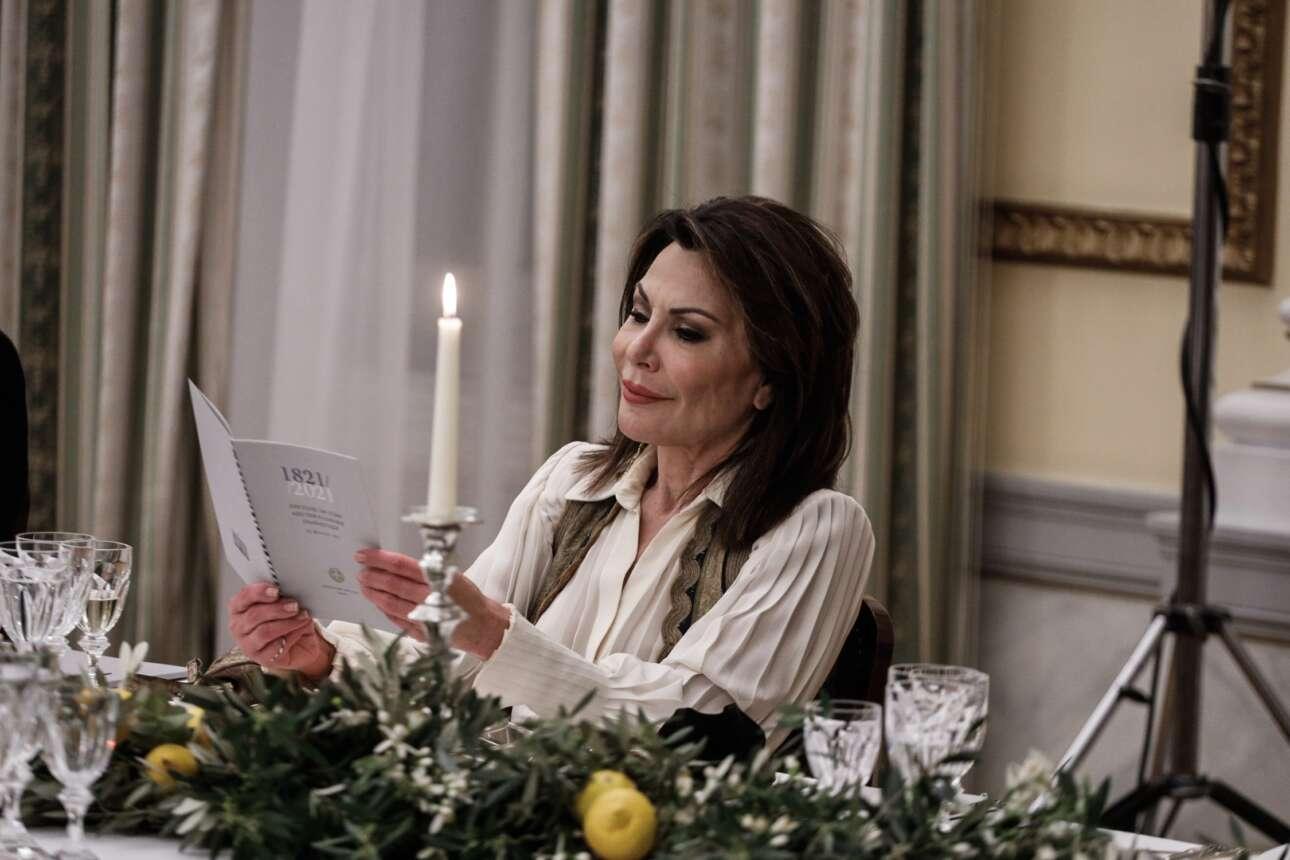 Η πρόεδρος της Επιτροπής «Ελλάδα 2021» διαβάζει το μενού του δείπνου