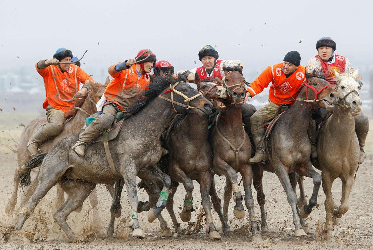 Κιργιζία. Τοπική εκδοχή του πόλο, μάλλον φρικώδης για τα δυτικά γούστα: οι ιππείς προσπαθούν να σκοράρουν με ένα ακέφαλο ψοφίμι που είχε την ατυχία να γεννηθεί τράγος και όχι μπάλα εξαρχής