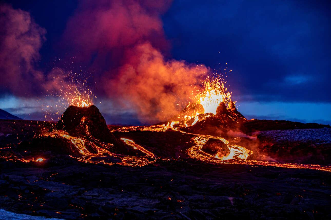 Η λάβα ξεχειλίζει από τους κρατήρες του ηφαιστείου Φαγκρανταλσφιάλ της Ισλανδίας. Καρέ από τις εκρήξεις της 5ης Απριλίου, που φωτογράφισαν οι ντόπιοι και τις διακίνησαν στα σόσιαλ μίντια
