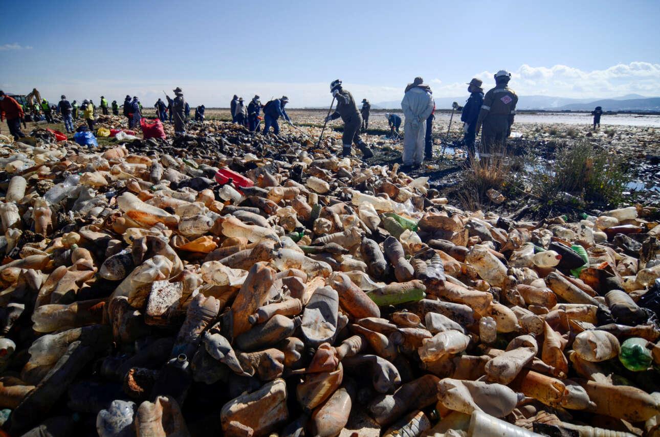 Η λίμνη Ούρου Ούρου της Βολιβίας είχε πολλά σκουπίδια, πλαστικά κάθε είδους. Στις όχθες τα έβγαλαν οι ντόπιοι ύστερα από κοπιαστικές προσπάθειες καθαρισμού της