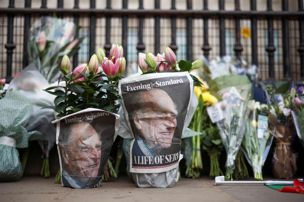 Μπουκέτα Λονδρέζων για το ξόδι του βασιλικού συζύγου πρίγκιπα Φιλίππου, ο οποίος απεβίωσε πλήρης ημερών την Παρασκευή 9 Απριλίου. Κάποιες από τις ανθοδέσμες είναι τυλιγμένες με το πένθιμο πρωτοσέλιδο της Evening Standard