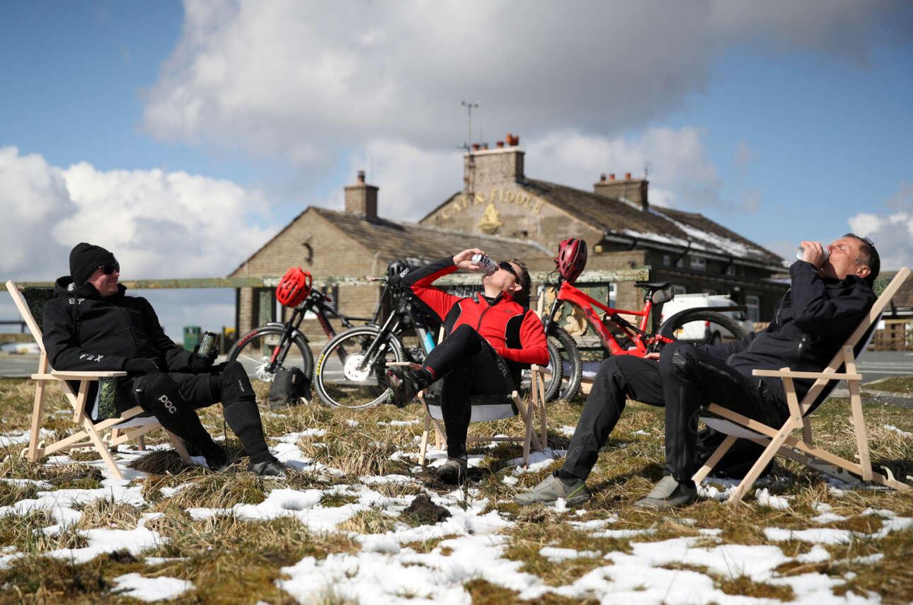 Το ελάχιστο χιόνι δεν στάθηκε εμπόδιο στους τρεις ποδηλάτες που έκαναν μια στάση για ποτό στο «The Cat and Fiddle Inn»  στο Τσεσάιρ