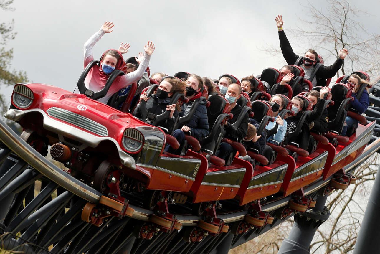 Ανδρεναλίνη και ενθουσιασμός στα ύψη στο «τραινάκι» του λούνα παρκ Thorpe