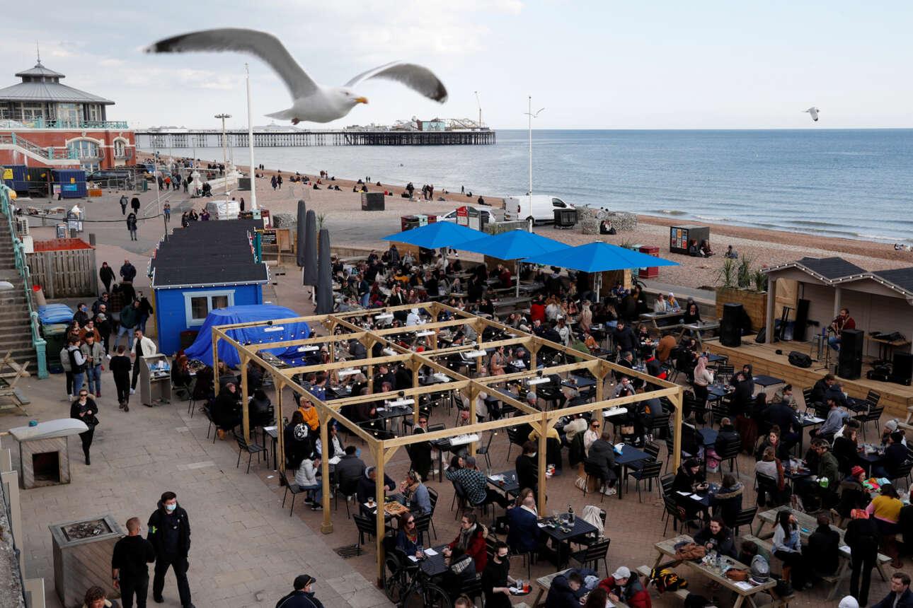Γεμάτοι και οι υπαίθριοι χώροι των παραθάλασσιων μπαρ στο Μπράιτον