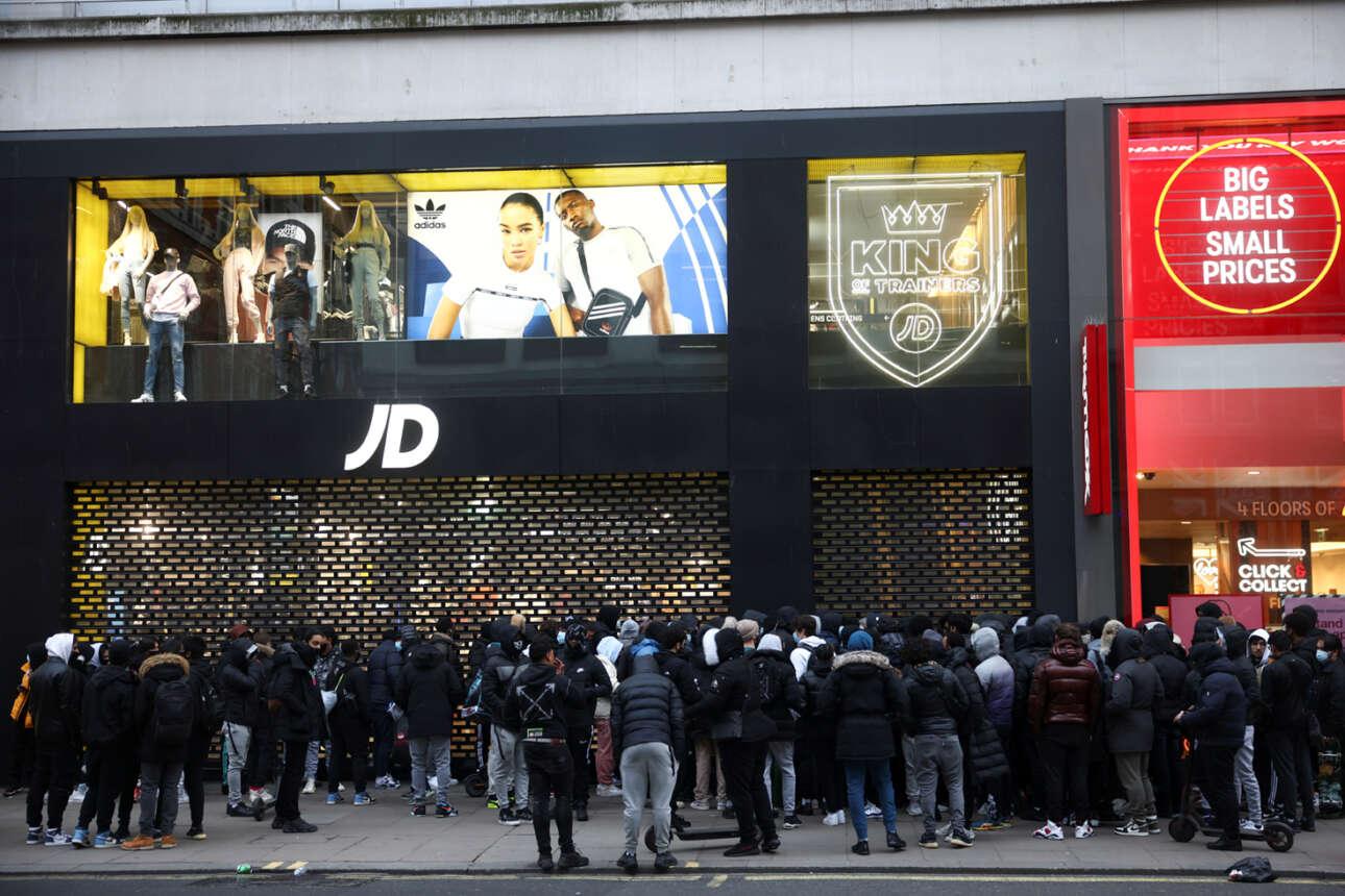 Πλήθος κόσμου περιμένει έξω από κατάστημα με αθλητικά είδη στην Oxford Street