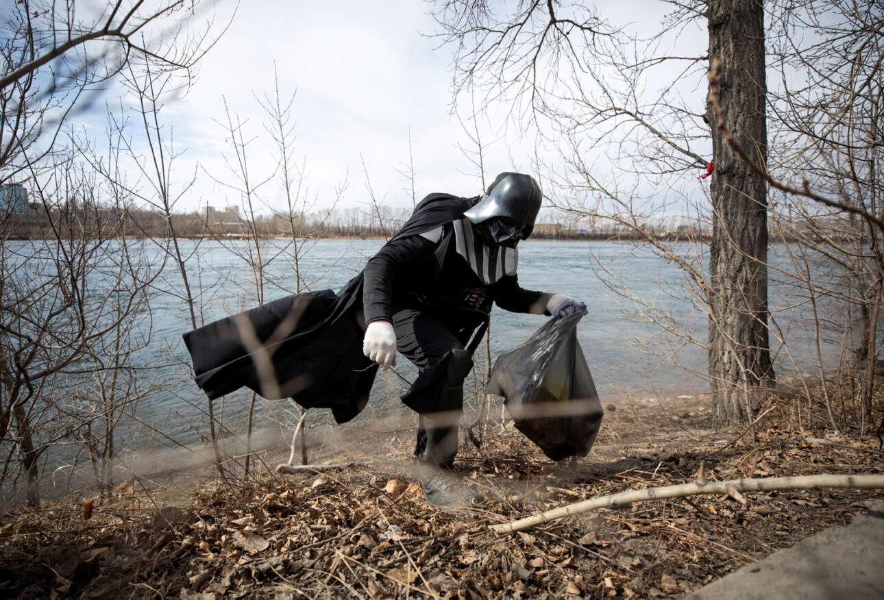 Ρωσία. Στο «Star Wars» ο Νταρθ Βάντερ ήταν κακός τύπος – δεν ήταν; Οπότε ο εθελοντής του Ιρκούτσκ που μαζεύει σκουπίδια φορώντας τη στολή του φανταστικού ήρωα για να τιμήσει τα εξηντάχρονα της διαστημικής πτήσης του Γιούρι Γκαγκάριν, τι ακριβώς θέλει να πει; Ας το ψάξει ο πρόεδρος Πούτιν…