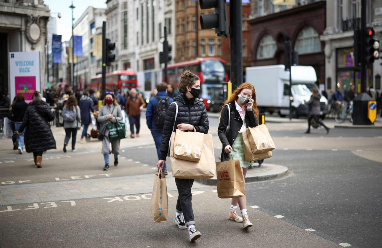 Τα μαγαζιά ανοιγούν ξανά και η διάσημη Oxford Street πλημμυρίζει από κόσμο με όρεξη να ψωνίσει
