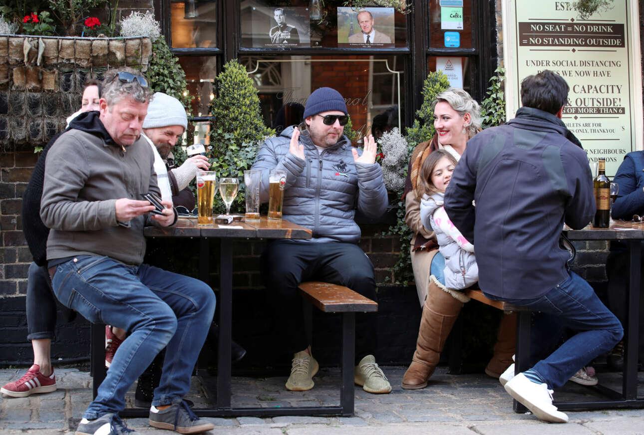 Οι λονδρέζοι επιστέφουν στο αγαπημένο τους χόμπι -μπύρες σε παμπ- υπό το βλέμμα του πρίγκιπα Φιλίππου
