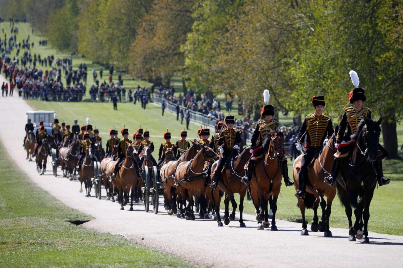 Το ιππικό της βασιλικής φρουράς καταφτάνει στο Γουίνδσορ