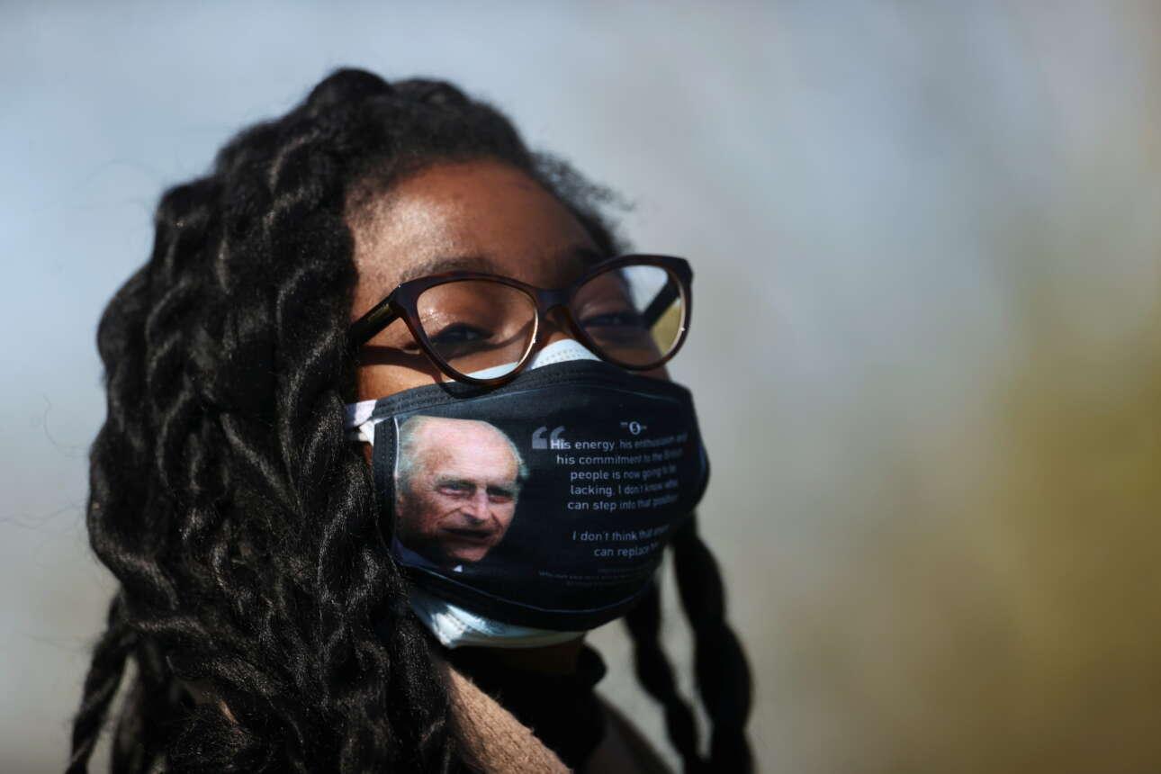 Και μάσκα με το πρόσωπο του Φιλίππου έξω από την κηδεία στο Γουίνδσορ
