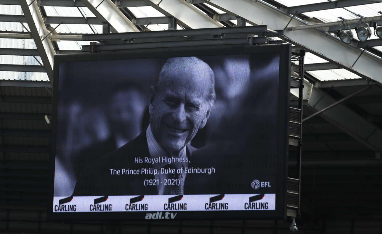 Και οι ποδοσφαιρόφιλοι αποχαιρέτησαν τον πρίγκιπα Φίλιππο νωρίτερα το μεσημέρι του Σαββάτου. Ο φωτεινός πίνακας στο γήπεδο της Σουόνσι για τον δούκα του Εδιμβούργου