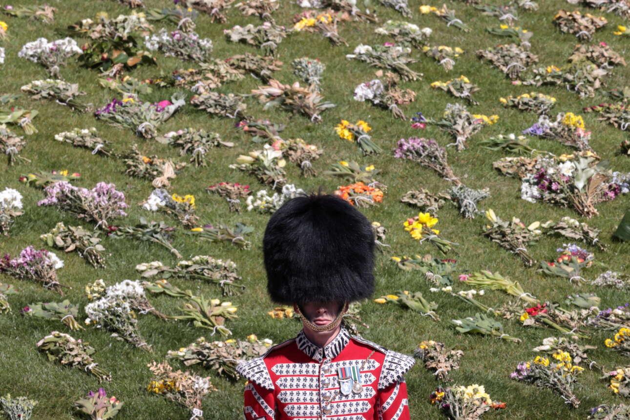 Ανδρας του βρετανικού στρατού μπροστά στα λουλούδια που αφέθηκαν ως φόρος τιμής στον δούκα του Εδιμβούργου