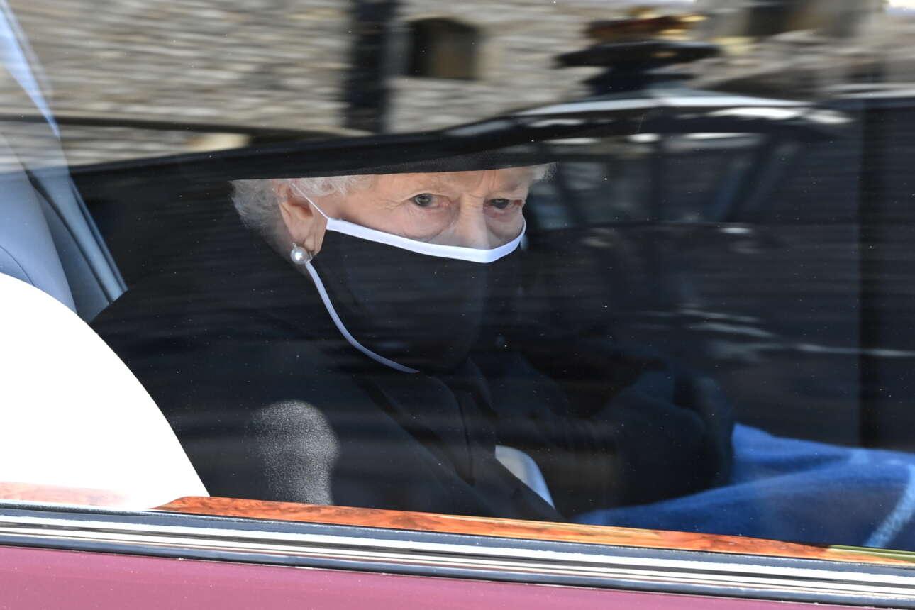 Η βασίλισσα Ελισάβετ αποχαιρέτησε τον επί 74 χρόνια σύζυγό της. Σημειολογικά εντυπωσιακό το σχόλιο του παρουσιαστή του BBC: «Έχοντας περάσει μια ζωή δυο βήματα πίσω από τη Βασίλισσα, ο Δούκας του Εδιμβούργου παίρνει προβάδισμα για πρώτη και τελευταία φορά»