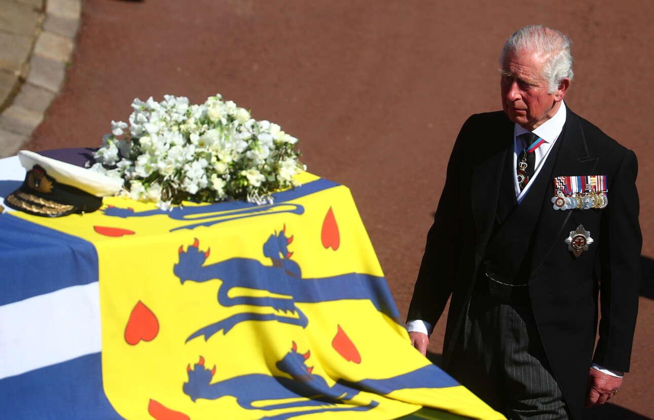 Ο πρίγκιπας Κάρολος πίσω από το φέρετρο του πατέρα του