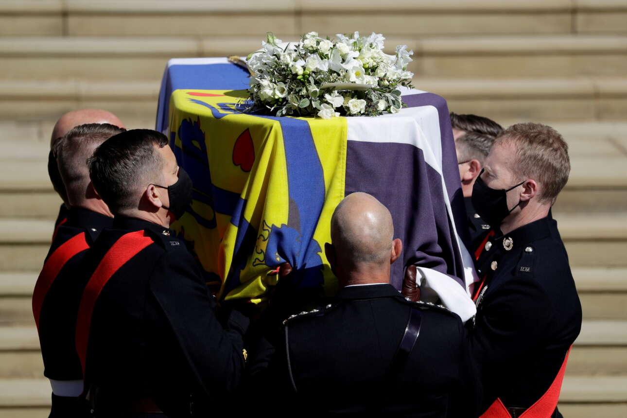 Η σημαία που τύλιξε το φέρετρο περιλαμβάνει τέσσερα ξεχωριστά τμήματα: Η αριστερή γωνία: ένα κίτρινο φόντο με κόκκινες καρδιές και μπλε δράκους, που αντιπροσωπεύουν το δανικό οικόσημο. Επάνω δεξιά: ο λευκός σταυρός από την εθνική σημαία της Ελλάδας. Κάτω αριστερή γωνία: ασπρόμαυρες κάθετες λωρίδες που αντιπροσωπεύουν την οικογένεια Μαουντμπάτεν. Κάτω δεξιά: ένα κάστρο που αντιπροσωπεύει το Εδιμβούργο, προς τιμήν του τίτλου τού, δούκας του Εδιμβούργου, που πήρε μετά τον γάμο με την πριγκίπισσα Ελισάβετ