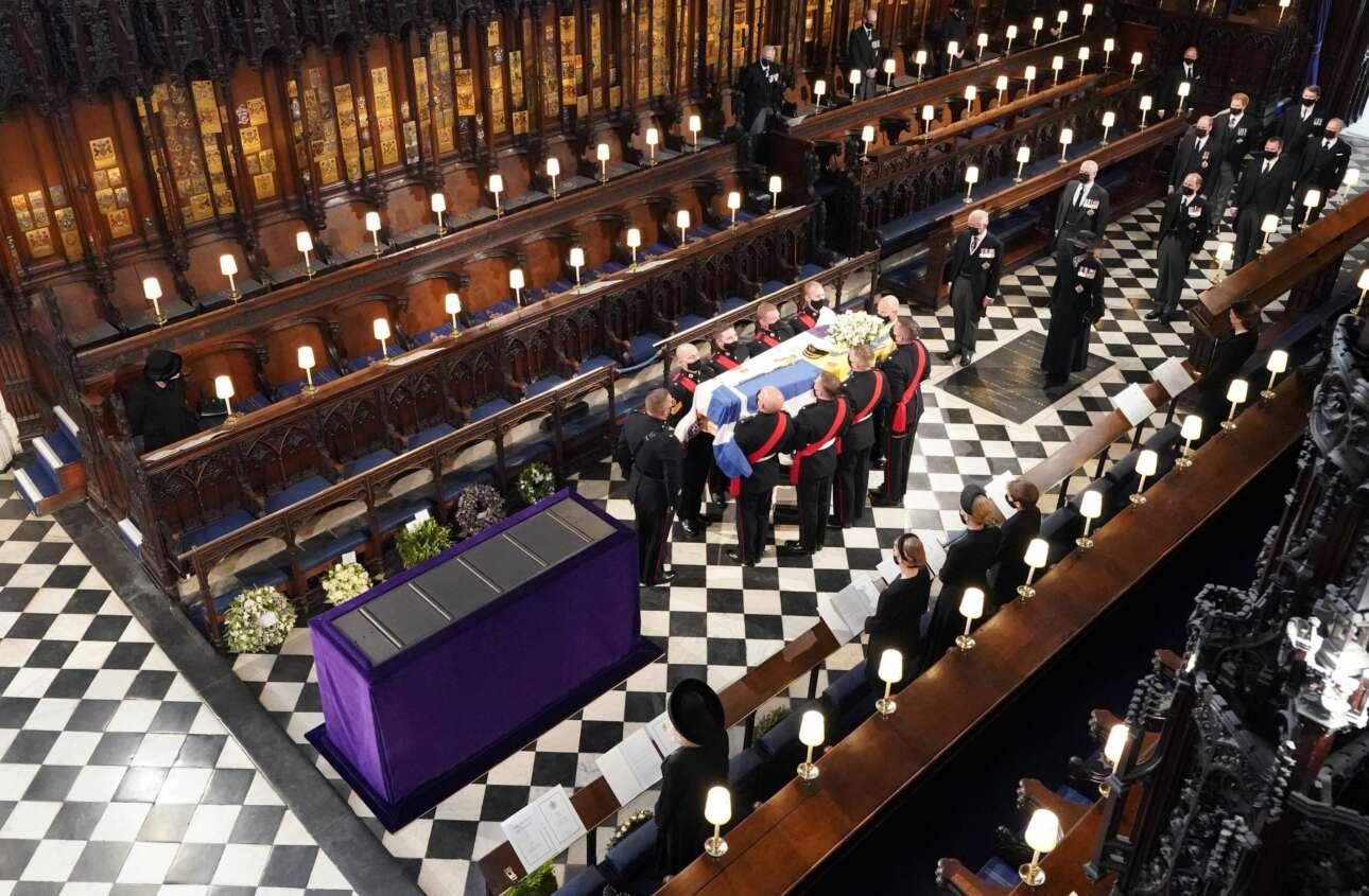 Το φέρετρο του δούκα του Εδιμβούργου μέσα στο παρεκκλήσι του Αγίου Γεωργίου