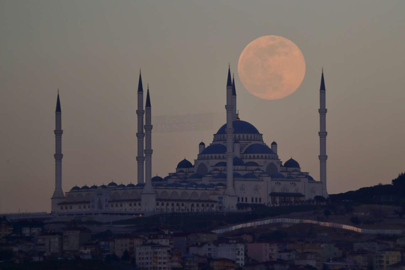 Το «ροζ» φεγγάρι υψώνεται πάνω από το τζαμί Camlica στην Κωνσταντινούπολη