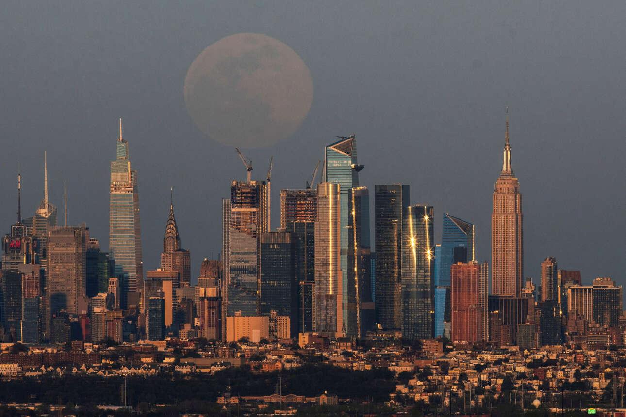 Πίσω από τον περίφημο ορίζοντα της Νέας Υόρκης και το διάσημο κτίριο Εμπάιαρ Στέιτ διακρίνεται το ολόγιομο φεγγάρι. Η πανσέληνος του Απριλίου αναφέρεται παραδοσιακά ως «ροζ» Σελήνη από κάποιες φυλές ιθαγενών Αμερικανών