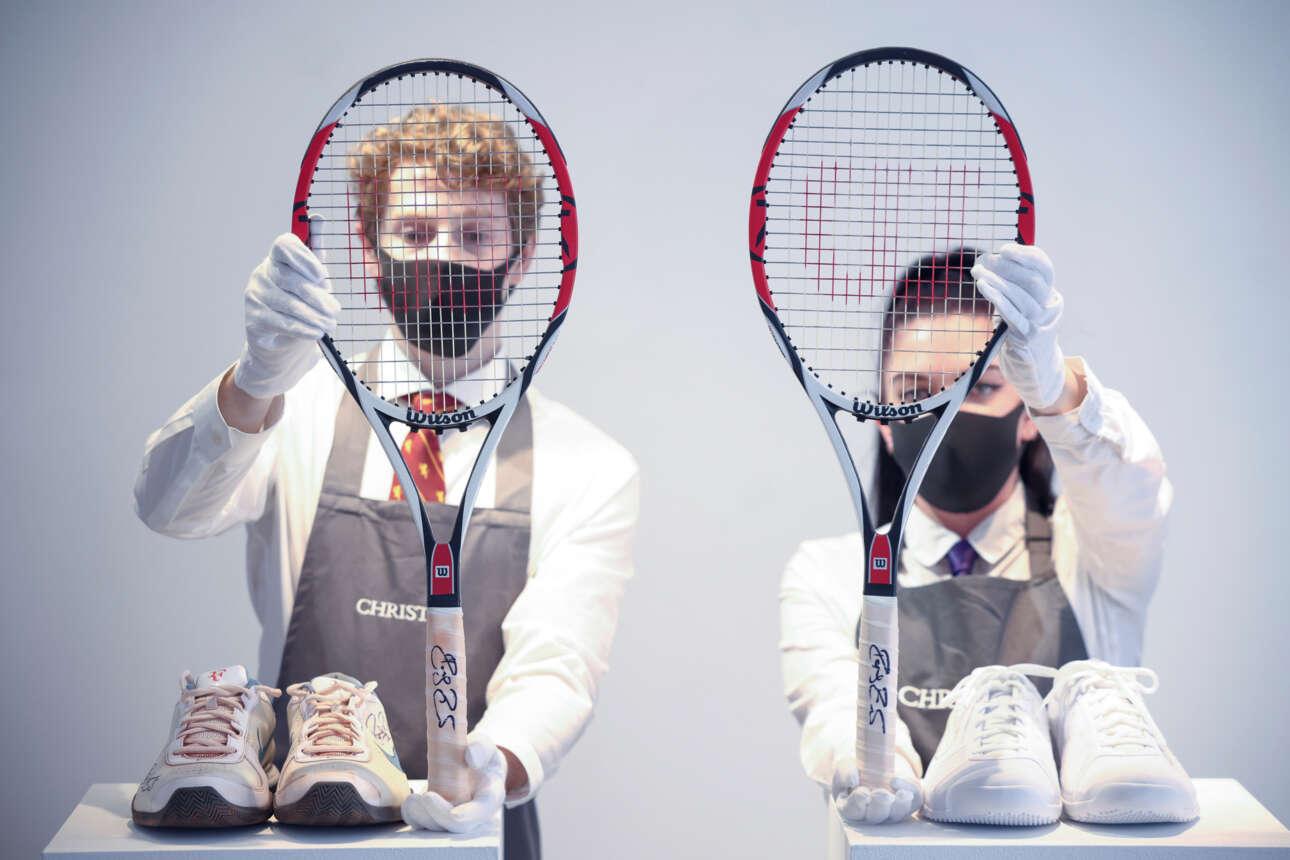Λονδίνο. Επιδείξεις δημοπρατουμένων της γκαλερί Christie: ρακέτες και υποδήματα από το τουρνουά «French Open 2009», μέρος της «συλλογής Ρότζερ Φέντερερ»