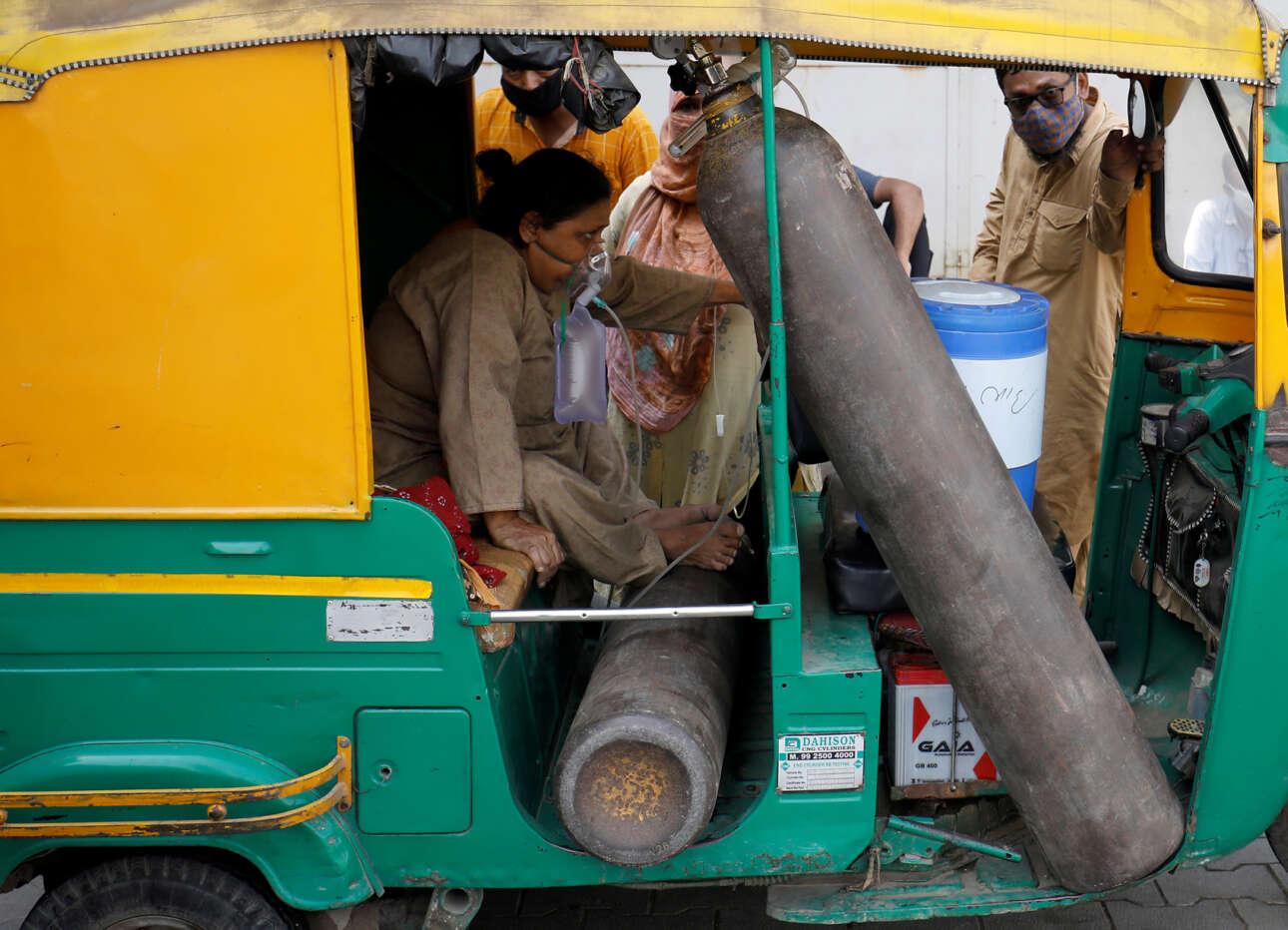 Ινδία. Φοβερές σκηνές από την πανδημία: εδώ ασθενής οξυγονώνεται σε τρίκυκλο