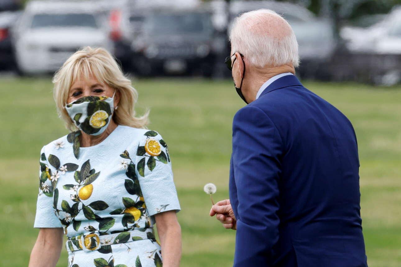 ΗΠΑ. Τρυφερότητες μεταξύ του αμερικανικού προεδρικού ζεύγους: ο Τζο προσφέρει ένα άνθος στην Τζιλ Μπάιντεν – δώρο ταπεινό, χωρίς ευτέλεια