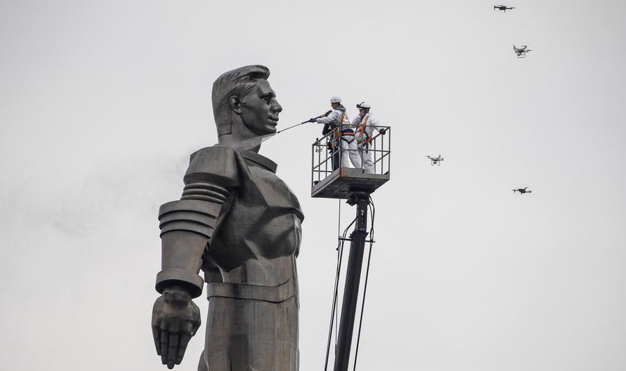 Το μνημείο του Γιούρι Γκαγκάριν, που σαν σοβιετικό σύμβολο ισχύος υψώθηκε 40 μέτρα πάνω από το χώμα της Μόσχας στους Ολυμπιακούς Αγώνες του 1980, καθαρίζεται για την 68η επέτειο της θρυλικής διαστημικής πτήσης. Τον πρωτοπόρο κοσμοναύτη ο ποιητής Μίλτος Σαχτούρης χαιρέτισε κάποτε ως εξής: «Οταν ταξίδεψα στον Ουρανό / ποτέ μου δεν συνάντησα τον αστροναύτη»