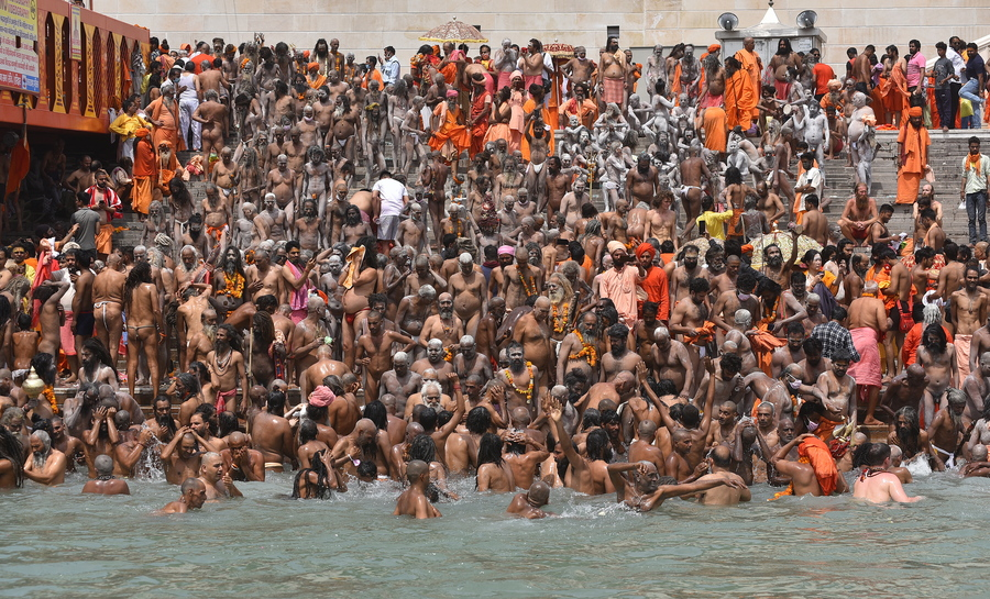 Ινδία. Πλήθη ινδουιστών συνωστίζονται στις όχθες του Γάγγη για να κάνουν την τελετουργική βουτιά τους στα νερά του, στο Χαριντβάρ. Υγειονομικές μάσκες; Αστεία πράγματα. Η ποιότητα των υδάτων; Οι θεοί τους και οι ψυχές τους…