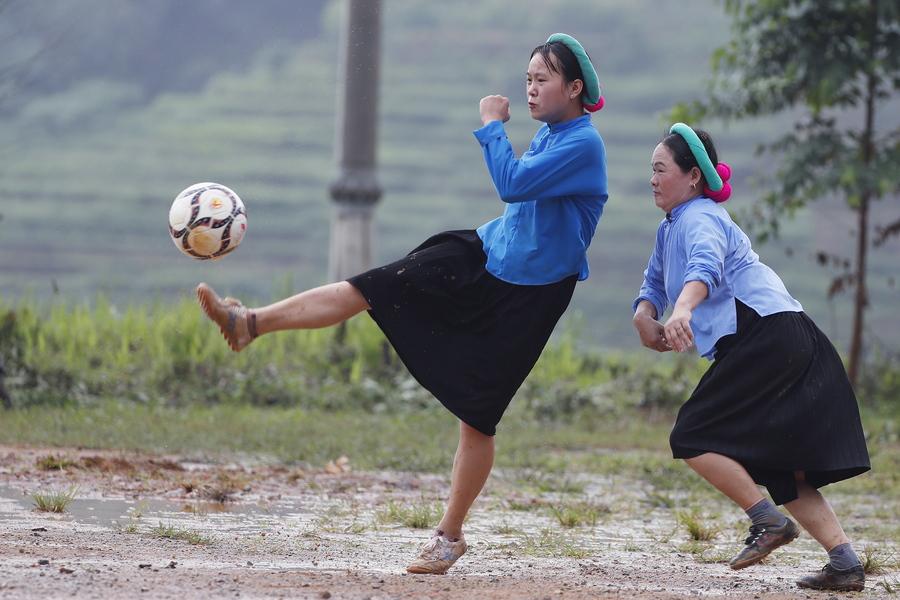 Βιετνάμ. Αγώνας ποδοσφαίρου γυναικών, ντυμένων με εθνικές ενδυμασίες – τουριστική η ατραξιόν, αλλά και το κοντρόλ θαυμαστό σε τέτοιο «νταμάρι»