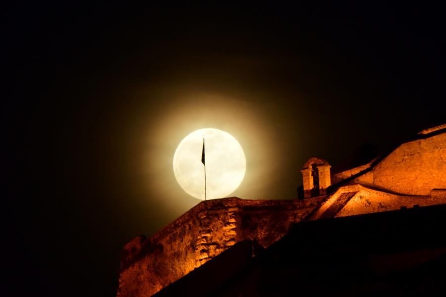 Η μαγευτική πανσέληνος ανατέλλει πάνω από το Ναύπλιο