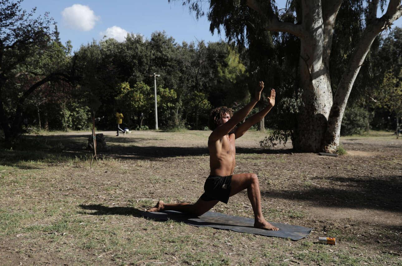 Ελλάς. Χαιρετισμός στον Ηλιο (και με τα δύο χέρια) από κάποιον κάτοικο Αθηνών που πήγε να κάνει τη βόλτα του και τις ασκήσεις του στο Πεδίον του Αρεως για να ξεσκάσει από τη σπιτική κλεισούρα