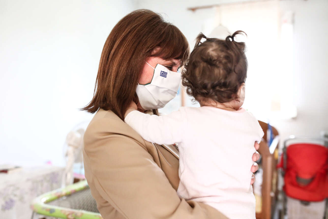 Αθήνα. Η Πρόεδρος της Ελληνικής Δημοκρατίας Αικατερίνη Σακελλαροπούλου επισκέφθηκε τον Ξενώνα Γυναικών Θυμάτων Βίας, όπου και φωτογραφήθηκε με το παιδάκι