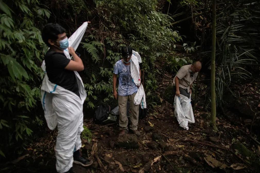 Μέλη της ερευνητικής ομάδα φορούν τις στολές τους για να ξεκινήσουν την προσπάθεια αιχμαλώτισης νυχτερίδων