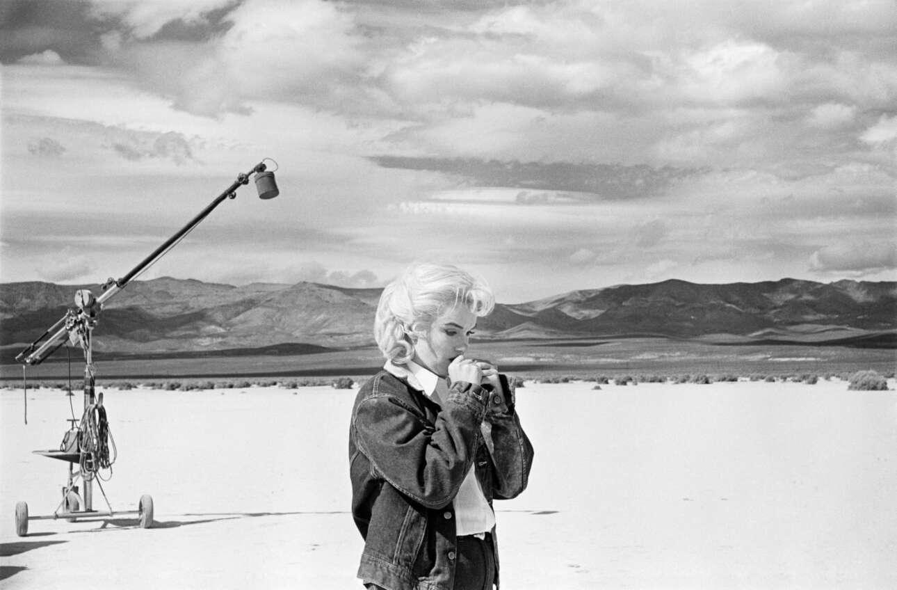 Ερημος της Νεβάδα, 1960: η Μέρλιν Μονρόε κάνει πρόβα τα λόγια της για να προετοιμαστεί για τη δύσκολη σκηνή που έχει να παίξει με τον Κλαρκ Γκέιμπλ στην ταινία «Οι Αταίριαστοι»