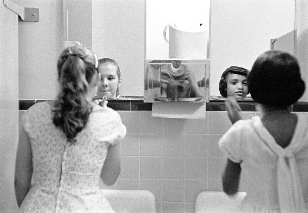 Ενα λευκό και ενα μαύρο κοριτσάκι μακιγιάρονται πριν το δείπνο ενσωμάτωσης που λαμβάνει χώρα στη Βιρτζίνια κατά τη διάρκεια απεργίας για τα πολιτικά δικαιώματα, το 1958