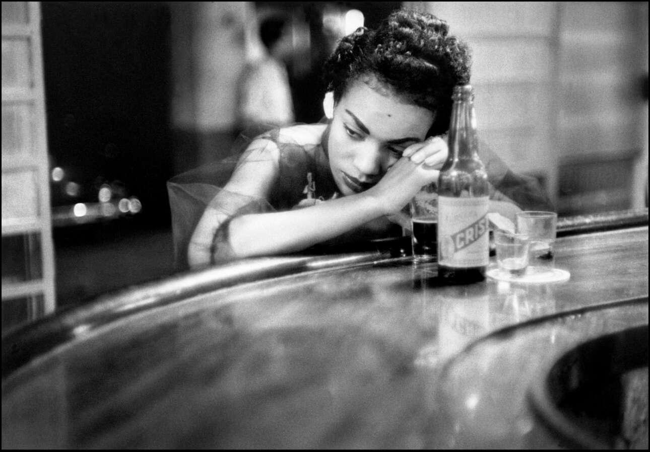 Μπαργούμαν σε πορνείο στα «κόκκινα φανάρια» της Αβάνας, στην Κούβα το 1954